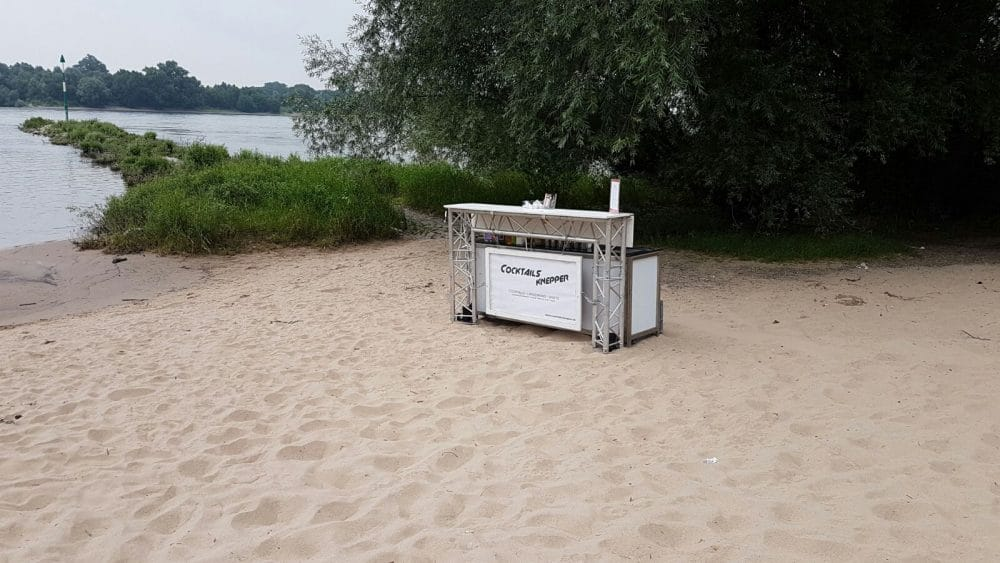 Mobile Cocktailbar im Sand